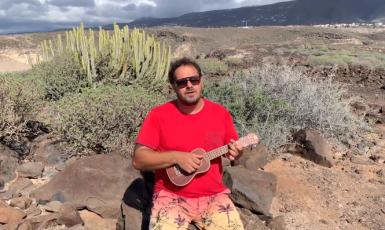 Písničkář Xindl X při zpěvu pozměněné koledy na Tenerife (screenshot YouTube, Xindl X)