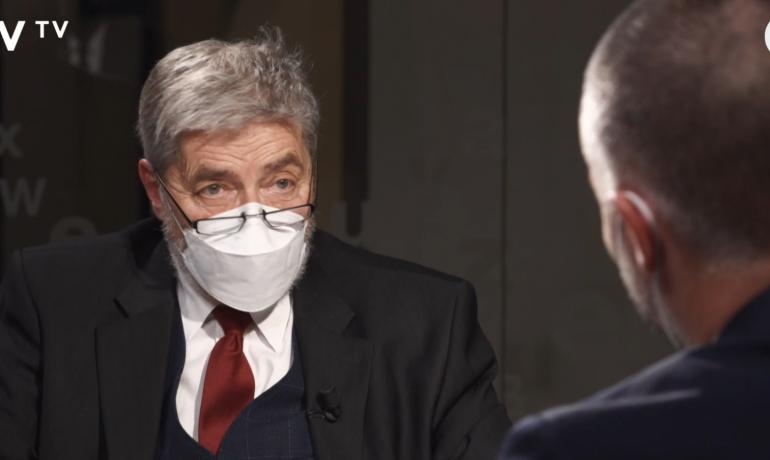 Lékař Radim Uzel v rozhovoru pro DVTV (screenshot video.aktualne.cz)