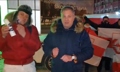 Bělorusové v Petrohradě před zastoupením automobilky Škoda děkují firmám, které odmítly sponzorovat hokejové mistrovství v Bělorusku (Twitter, RomanM)