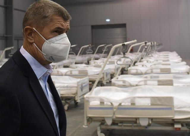 Premiér Andrej Babiš při prohlídce polní nemocnice v Letňanech. (ČTK)