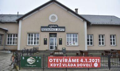 Vzkaz na plotě nádražní restaurace v Břeclavi ze dne 18. prosince 2020 (ČTK)