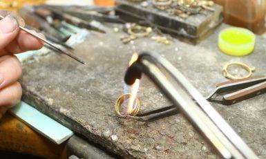 Detail z výroby zlatého prstenu v rodinné dílně na Ostravsku  (archiv zlatnictví)