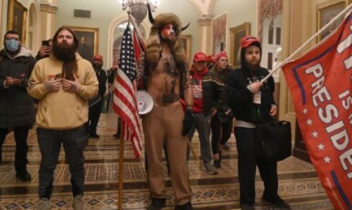 Demonstranti v budově Kapitolu ve Washingtonu  (twitter @sparrowmedia)