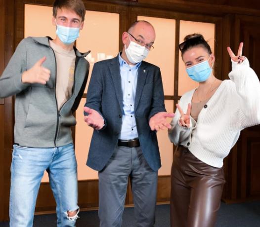 Influenceři Anna Šulcová a Jakub Gulab s ministrem zdravotnictví Janem Blatným. (Instagram Anny Šulcové.)