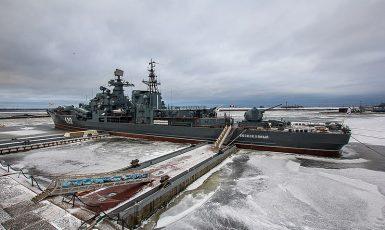 Ruský torpédoborec Bespokojnyj přišel o své bronzové šrouby během úprav v suchém doku.  (Mil.ru, CC BY 4.0)