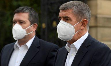Ministr vnitra a šéf Ústředního krizového štábu Jan Hamáček (ČSSD) a premiér Andrej Babiš (ANO)  (ČTK)