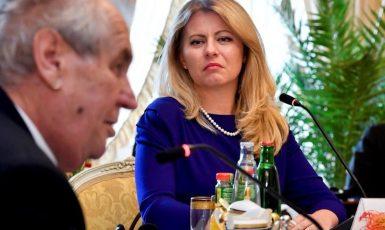 Na tomto zmanipulovaném snímku kdosi upravil prezidentce Čaputové koutky úst  i obočí  (FB)