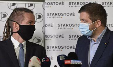 Předseda Pirátské strany Ivan Bartoš a předseda STAN Vít Rakušan (ČTK)