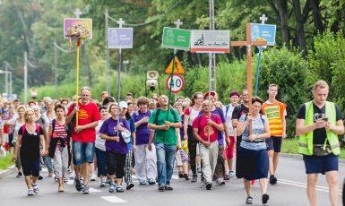 Poutníci ze severovýchodního Polska směřující do svatyně na Jasné Hoře v Čenstochové (www.radio.bialystok.pl)