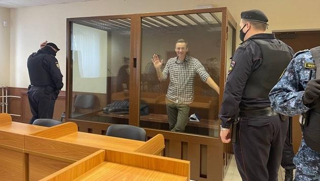 Skleněná klec s Alexejem Navalným v soudní síni (2021) (twitter)