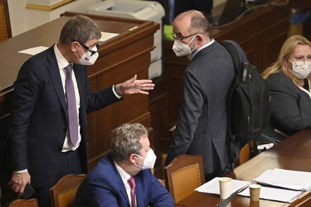 Premiér Andrej Babiš (vlevo) hovoří s ministrem zdravotnictví Janem Blatným na schůzi Sněmovny 26. února 2021 v Praze. (ČTK)
