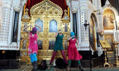 Bohorodičko, vyžeň Putina! Pussy Riot a jejich modlitba-performance v moskevském chrámu Krista Spasitele (2012) (FB)