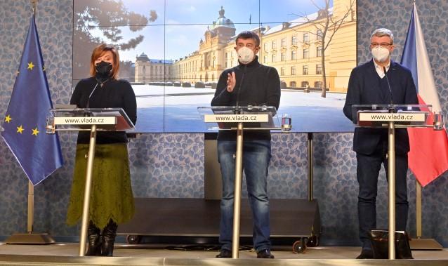 Ministryně financí Alena Schillerová, premiér Andrej Babiš a ministr průmyslu a obchodu a dopravy Karel Havlíček (všichni za ANO)  (ČTK)