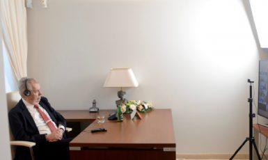 Prezident Zeman mluví na videokonferenci k Summitu Čína a země střední a východní Evropy. (Twitter/@PREZIDENTmluvci)