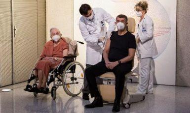 Premiér Andrej Babiš při přednostním očkování (Vláda ČR)