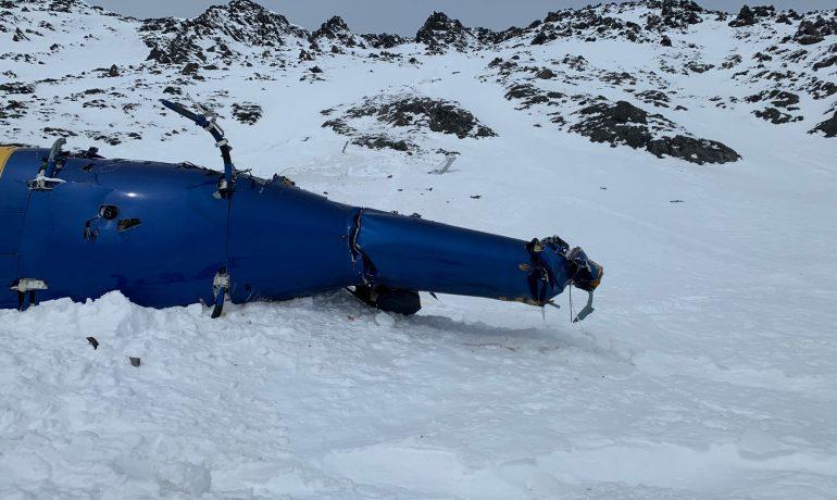 Trosky vrtulníku, v němž zahynul Petr Kellner se čtyřmi dalšími lidmi (Alaska Mountain Rescue Group)