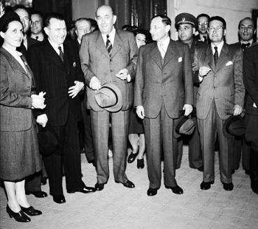 Jan Masaryk s vlastizrádným komunistou Klementem Gottwaldem, falešným sociálním demokratem Zdeňkem Fierlingerem a nešťastným národním socialistou Prokopem Drtinou (1946) (ČTK)