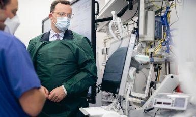 Snahu svých kolegů o obohacení na nákupech respirátorů vedle šéfů stran ostře odsoudil i německý ministr zdravotnictví Jens Spahn (FB Jense Spahna)