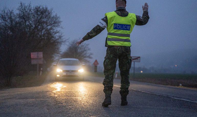 Policejní hlídka na hranici okresu. (Ray Baseley)