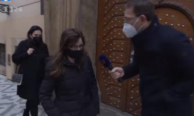 Radní Hana Lipovská před poslaneckou sněmovnou v předvečer jednání Rady ČT  (Screenshot ČT)