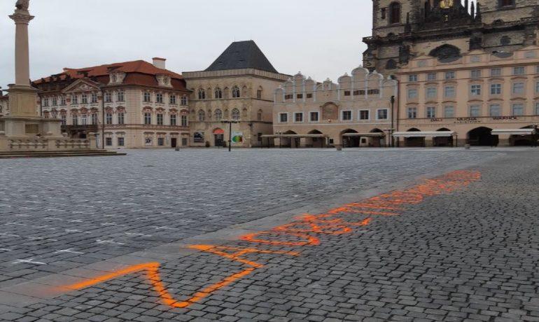 Kříže za oběti covidu-19 a nápis na Staroměstském náměstí v Praze (Twitter Policie ČR)