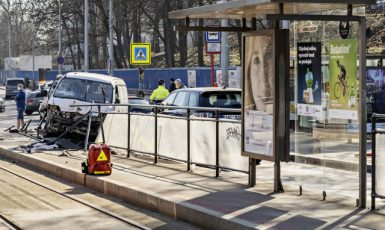 U tramvajové zastávky Vojenská nemocnice v Praze 6 srazila 31. března 2021 ráno dodávka několik lidí. (ČTK/Štěrba Martin)