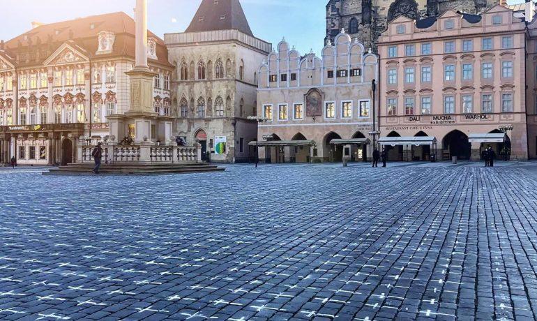 Na Staroměstském náměstí se objevilo 25 tisíc křížů, za každou oběť pandemie nemoci Covid-19 jeden. (Twitter/Hlavní město Praha)