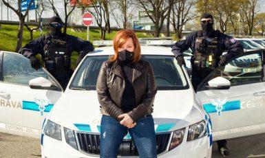 Aelna Schillerová pózuje na kapotě služebního vozu Celní správy (Facebook Aleny Schillerové)