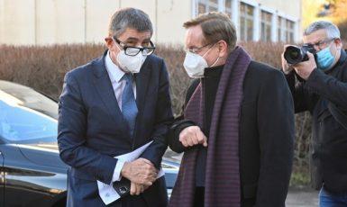 Premiér Andrej Babiš a ředitel Fakultní nemocnice Královské Vinohrady Petr Arenberger při otevření velkokapacitního očkovacího centra  (ČTK)