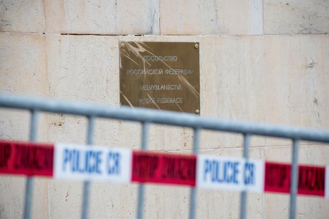 Policejní zátaras před budovou velvyslanectví Ruské federace v Praze. (ČTK)