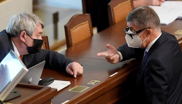Předseda KSČM Vojtěch Filip (vlevo) a premiér Andrej Babiš (ANO) spolu hovoří na schůzi Poslanecké sněmovny. (ČTK)
