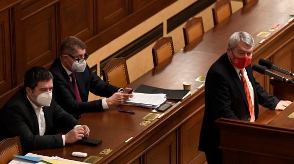 Ministr vnitra Jan Hamáček (ČSSD), premiér Andrej Babiš (ANO) a předseda KSČM Vojtěch Filip  (ČTK)