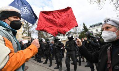 Demonstranti s rudými trenýrkami a policejní těžkooděnci před budovou velvyslanectví Ruské federace. (ČTK/Říhová Michaela)