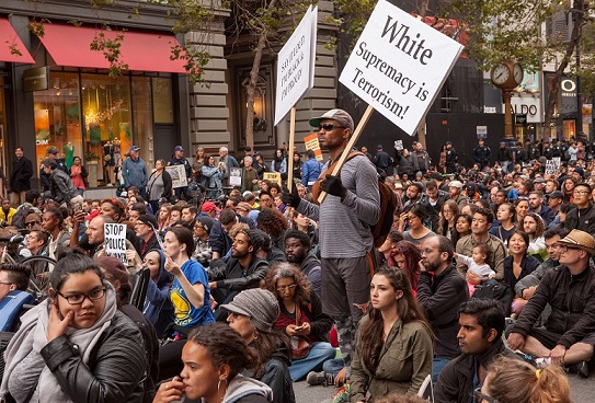 Protesty proti policejnímu násilí v USA často argumentují rasou (San Francisco, 2016) (Wikimedia Commons (Pax Ahimsa Gethen))