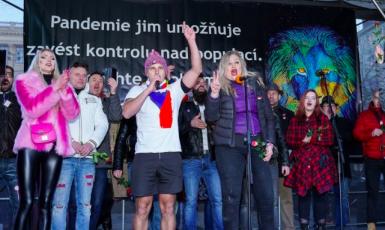Dezinformátoři na scéně (profimedia.cz)