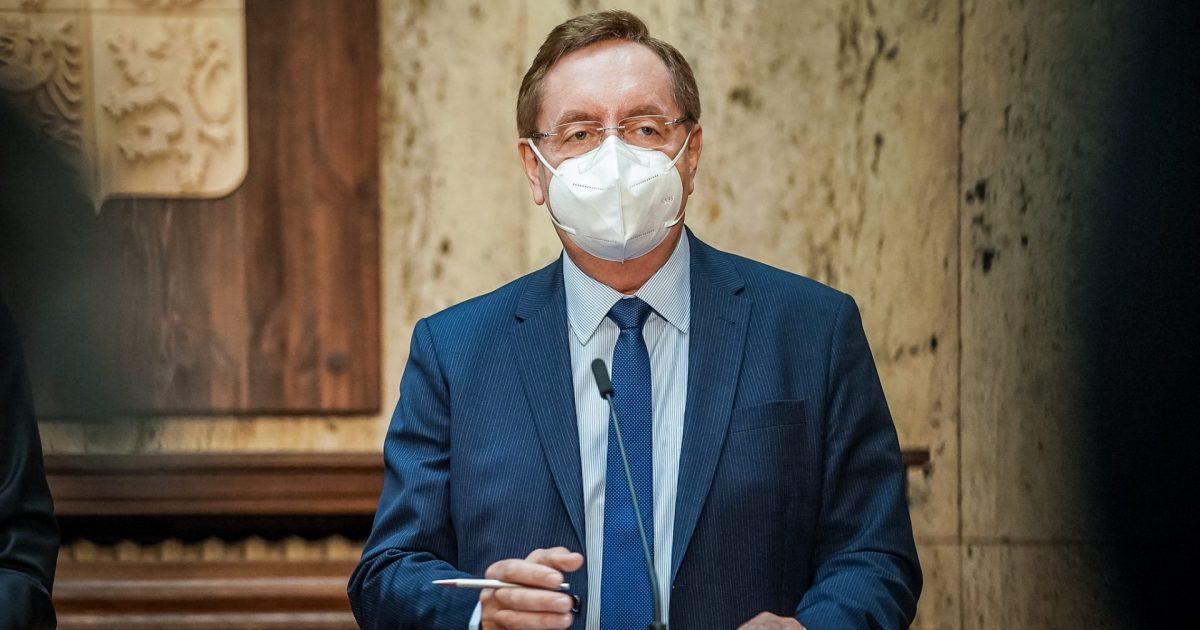 Ministr zdravotnictví chce opět upravit opatření. Vládě navrhne omezení setkávání lidí