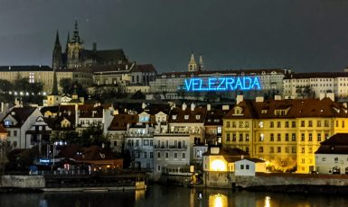Nápis na Pražském hradě vyjadřuje, že toto místo si některé obyvatele nezaslouží. (Alena Spálenská, se svolením autora.)