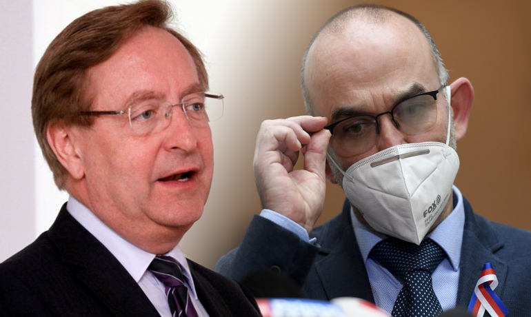 Nový ministr zdravotnictví Petr Arenberger (vlevo) a jeho předchůdce Jan Blatný (vpravo) (ČTK)