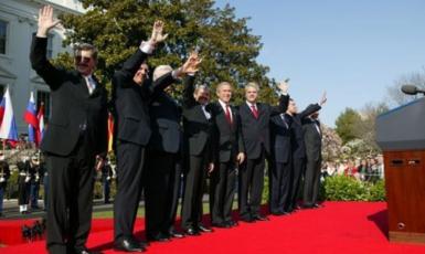 Generální tajemník NATO, americký prezident a předsedové vlád Lotyšska, Slovinska, Litvy, Slovenska, Rumunska, Bulharska a Estonska po ceremonii v souvislosti s jejich vstupem do NATO 29. března 2004 na summitu v Istanbulu. (commons.wikimedia.org/public domain)