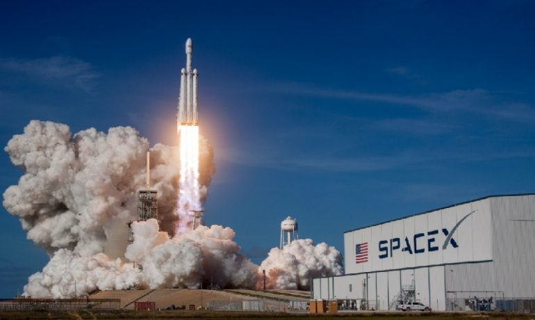 Nosná raketa Falcon Heavy společnosti Space X. (unsplash.com/@spacex)
