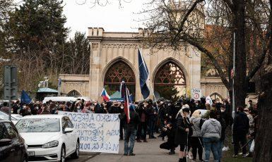 Protesty před ruským velvyslanectvím v Praze. (Tomáš Kozel)