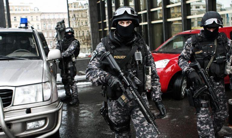 Detektivové z Národní centrály proti organizovanému zločinu. Ilustrační foto. (NCOZ)