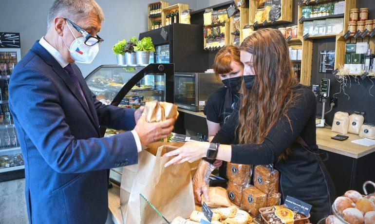 Andrej Babiš se byl nechat vyfotit v pekařství v Lysé nad Labem. Společnost se od něj distancovala (Facebook Andrej Babiš)