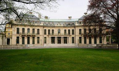 Rezidence velvyslance USA se nachází na adrese Ronalda Reagana č. 181/3 v Praze 6—Bubenči. (Velvyslanectví USA v Praze)