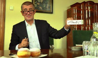 Falešný politický spasitel a jeho koblihy, na které lákal voliče v roce 2017. (facebook Andreje Babiše)
