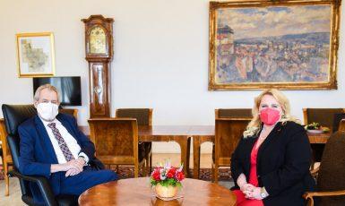 Prezident Miloš Zeman a ministryně pro místní rozvoj Klára Dostálová. (Twitter Jiřího Ovčáčka)