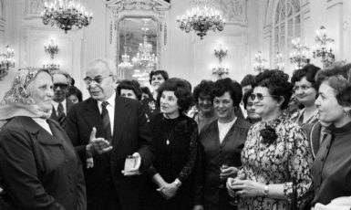 Gustáv Husák a Marie Kabrhelová s československými ženami (Pražský hrad, 5. 3. 1980) (ČTK/Mevald Karel)