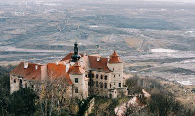 Zámek Jezeří v Krušných horách, v pozadí hnědouhelný důl Československé armády na Mostecku (ČTK/Vatka Jiří)