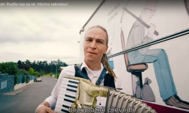 """Předseda Pirátů Ivan Bartoš a jeho """"vězeňský autobus"""" ve známém předvolebním klipu z roku 2017 (screenshot youtube Pirátů)"""