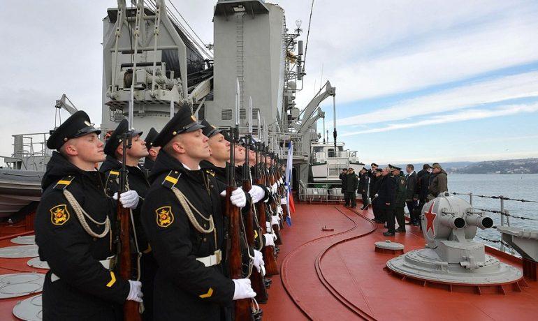 V. V. Putin na palubě křižníku Maršál Ustinov během cvičení Černomořské flotily (Kancelář prezidenta RF (Kremlin.ru))